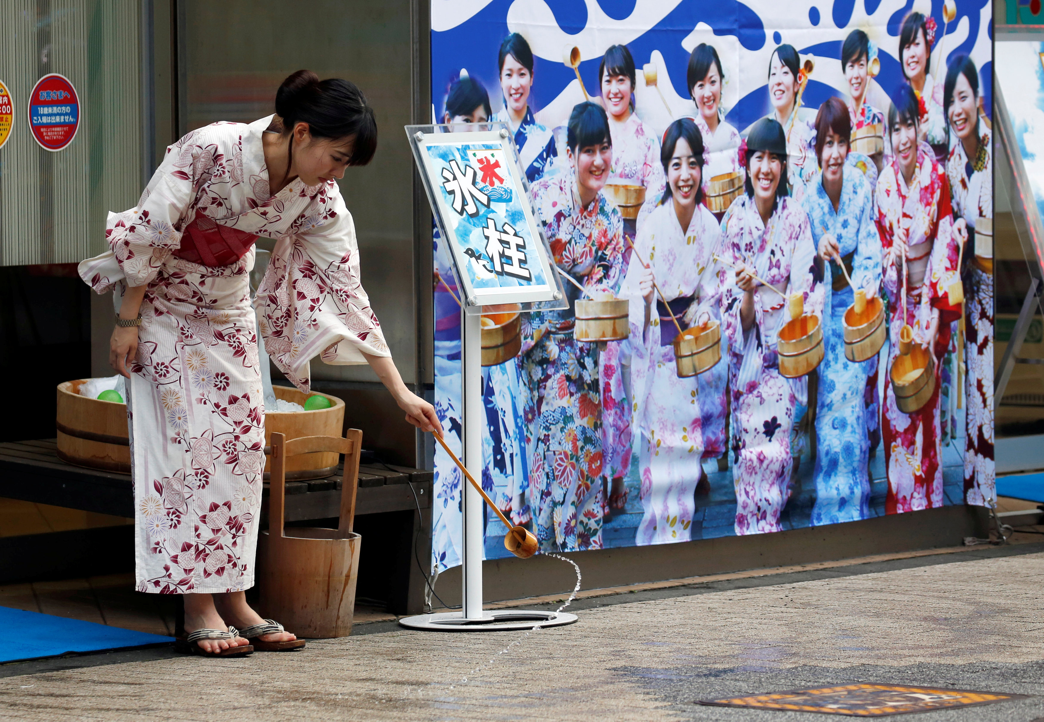 Japan heatwave - street - Woman in traditional Japanese clothing
