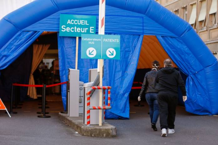 Patients arrive to a medical screening tent for coronavirus testing outside the University Hospital of Geneva (HUG), in Geneva, Switzerland March 17, 2020. REUTERS/Pierre Albouy
