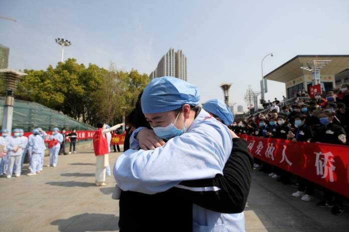 Local medical worker embraces and bids farewell to a medical worker from Jiangsu at the Wuhan Railway Station