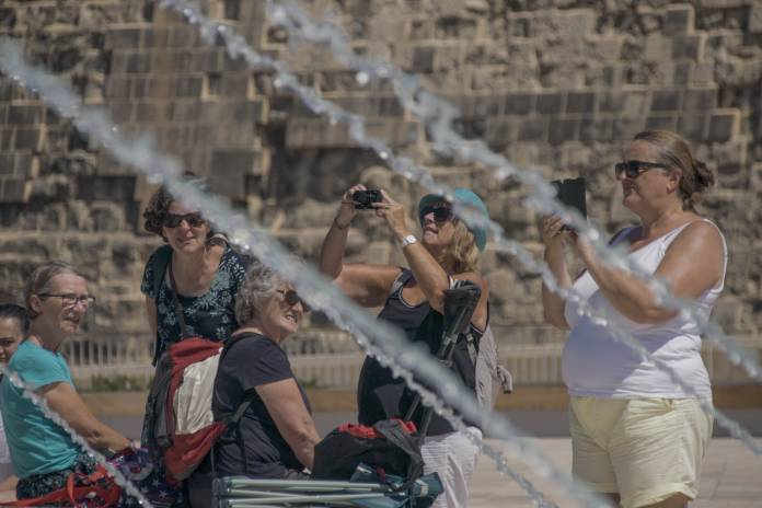 Tourists-taking-photos-of-triton-fountain