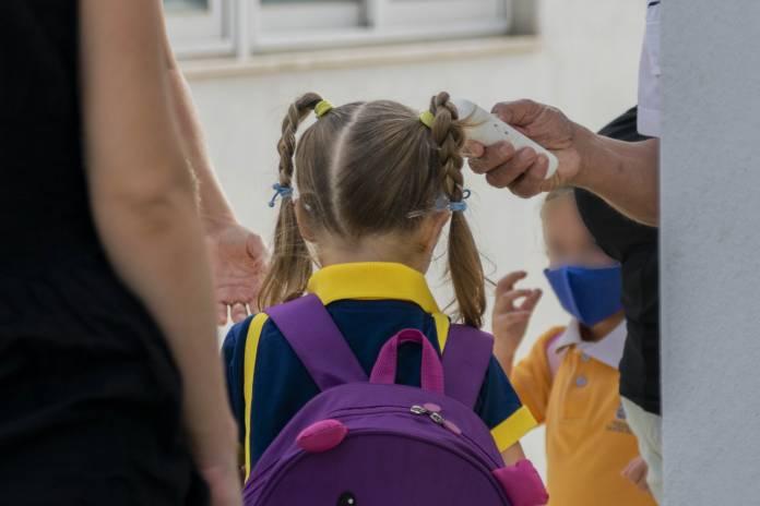 children-going-to-school-hand-sanitizer-temperature-11-696x464