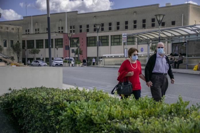 Anzjani-elderly-people-wearing-masks-mater-dei-hospital