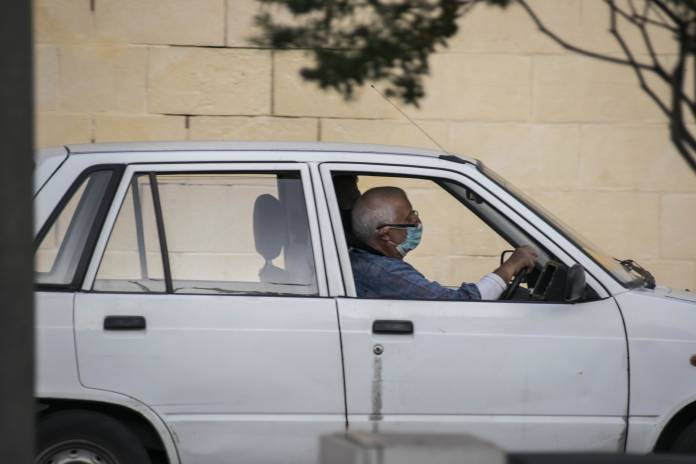 man-wearing-mask-in-his-car-coronavirus