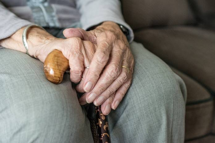 Photo of old woman's hands image in Beauty and Fashion category at pixy.org