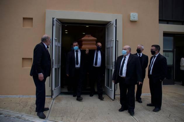 Il-korteo funebri ta' Oliver Friggieri jħalli l-Isptar Mater Dei;