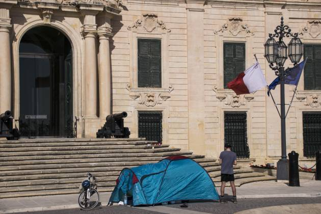 Xandru-Cassar-protest-in-front-of-Castille-migrants